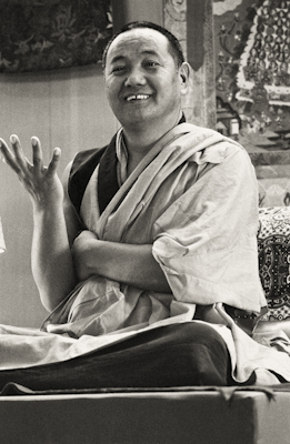 Lama Yeshe teaching in Yucca Valley, California, 1977. Photo: Carol Royce-Wilder.