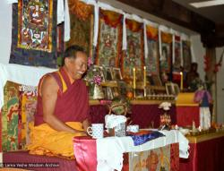 (05736_ng-3.jpg) Lama Yeshe teaching at Vajrapani Institute, Boulder Creek, California, 1983. Åge  Delbanco (photographer)