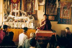 (09434_sl-2.psd) Lama Yeshe teaching, Fourth Meditation Course, Kopan Monastery, Nepal, 1973. Photo by Lynda Millspaugh.
