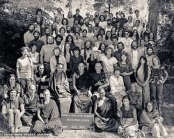(13869_pr.psd) Portrait of the lake Arrowhead retreat group. Lama Zopa Rinpoche and Lama Yeshe are on the bench in the center. Behind Lama is Carol Royce-Wilder who took many of the photos at Lake Arrowhead. By the sign at the bottom and to the left is Nick Ribush and Thubten Wongmo (Feather Meston), to the right is Sister Max Mathews. This photo is from a three week retreat the lamas taught at Camp Arrowpines on Lake Arrowhead, east of Los Angeles, USA, 1975.