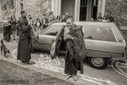 (20889_ng-1.psd) Lama Yeshe arriving at Manjushri Institute summer, 1979. On the left is Piero Cerri. Brian Beresford (photographer)